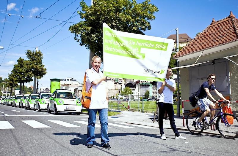 """""""Flüsterdemo"""" mit Elektroautos in der Stadt Salzburg – stiller Protest für nachhaltige Mobilität."""