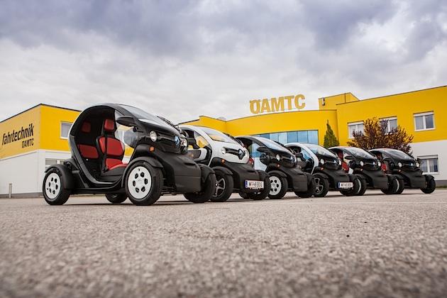mehrere Renault Twizeys vor dem ÖAMTC-Zentrum Teesdorf