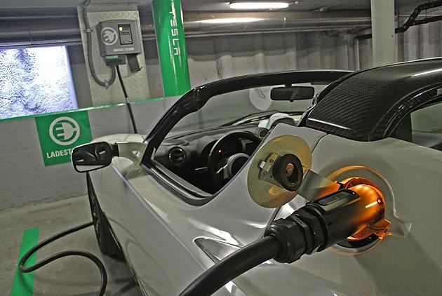 Erste öffentliche Tesla Schnell-Ladestation in Österreich eröffnet – Electric Highway goes East!
