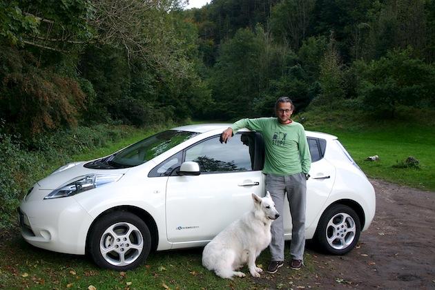 Nissan Leaf mit Hund