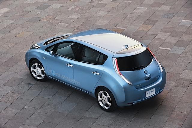 Elektroauto Nissan Leaf von schräg hinten