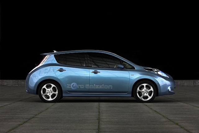 Elektroauto Nissan Leaf von der Seite