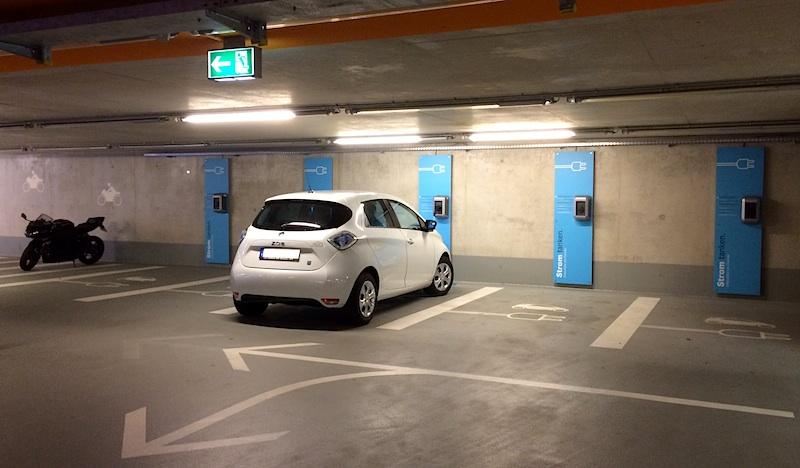 Sechs Ladestationen in der Tiefgarage des Mercedes-Museums in Stuttgart. Unkompliziertes kostenloses Laden ohne Karte möglich - bis zu 22 kW max.