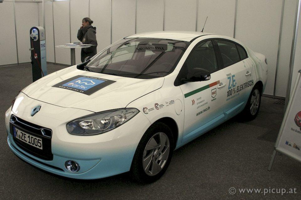 Der Renault Fluence ist ein 100 %iges Elektroauto. Leider ist er jedoch nicht von Grund auf als solches konzipiert, basiert er von der Karosserie und dem Fahrgestell doch auf dem gleichnamigen Benziner. Das äußert sich z.B. in dem doch sehr klein geratenen Kofferraum, bei dem die Rücksitze nicht nach vorne geklappt werden können - da sind nämlich die Akkus dazwischen verbaut.