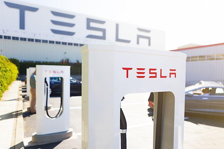 """An solchen """"Stromzapfsäulen"""" der Supercharger kann mit bis zu max. 120 kW DC geladen werden.  Foto: Tesla Motors"""