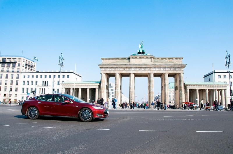 """Kilometer 2.600 am Brandenburger Tor in Berlin"""":  Werner Hillebrand-Hansen fährt eTourEurope  vorab – hier im Tesla Model S."""