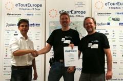 Siegerehrung eTourEurope: Werner Hillebrand-Hansen (li.) mit Ralf Zimmermann (Mi.) und Heiner Sietas (re.)