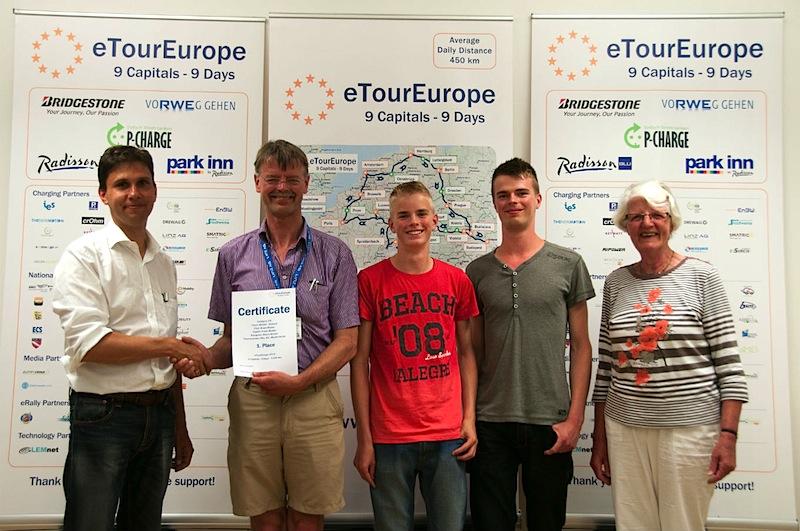 Siegerehrung eTourEurope: Werner Hillebrand-Hansen (li.) mit Klaas Mulder (2.v.Li)., den Söhnen Marco und Frank (Mi.) sowie B.E. Mulder-Kunst