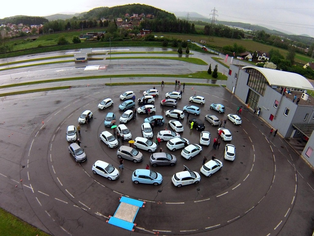 Luftaufnahme des ZOE-Treffens beim ARBÖ Fahrsicherheitszentrum.  Foto: Zenmeister/Going Electric-Forum