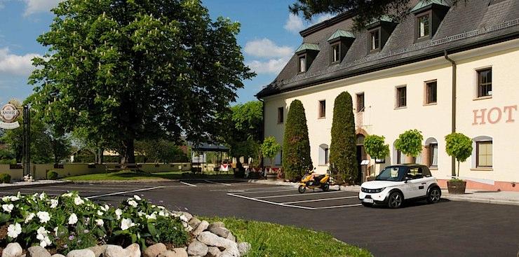 Kaiserhof mit Elektro-Citycar Hugo-Zero
