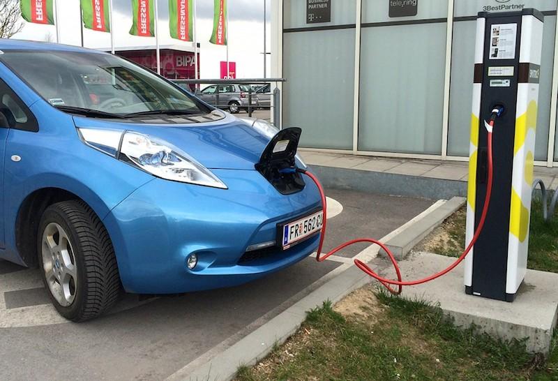 Nissan Leaf beim Laden an einer o?ffentlichen Typ2-Ladesa?ule  Foto: Kreisel Electric GmbH