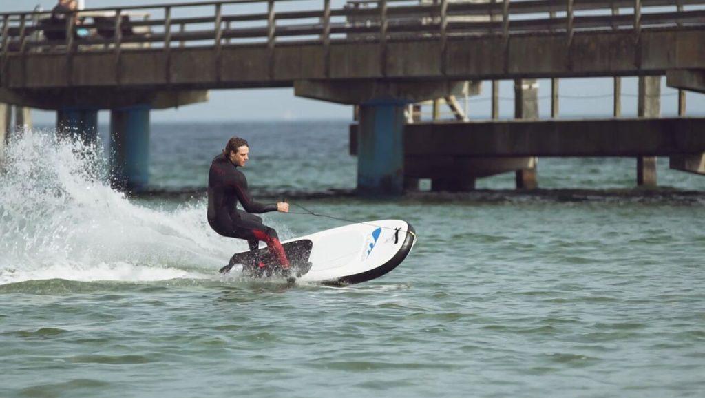 Surfspaß ganz ohne Wind – elektrische Surfboards mit Jetantrieb, made in Germany