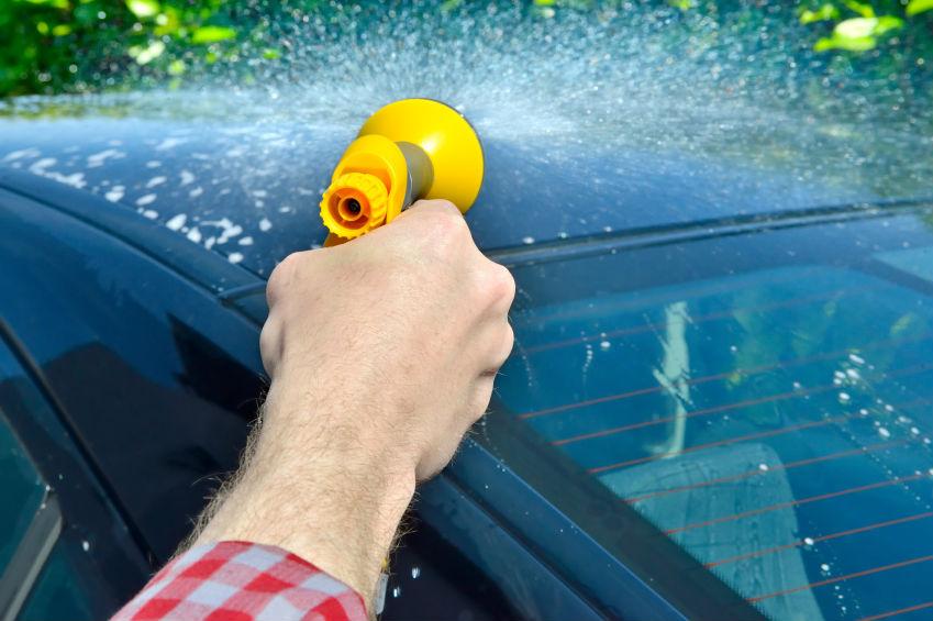 Das Elektroauto selbst reinigen oder die Waschstraße arbeiten lassen? Das ist die Frage.  Foto: istock.com/trendobjects