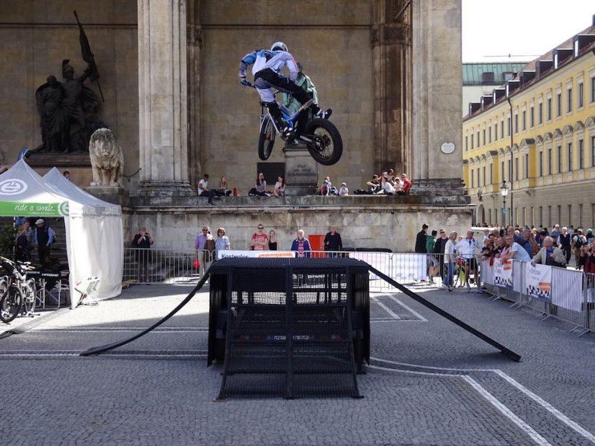"""Christophe Bruand, vierfacher französischer Trial-Champion auf einem """"E-Bike"""" bei einem der eMOBIL Events"""