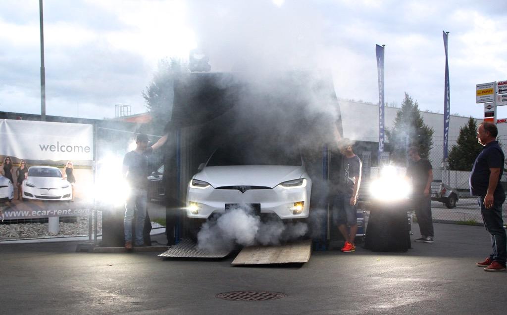 Der Falke ist gelandet – Model X-Premiere in Graz und erste Sitzprobe