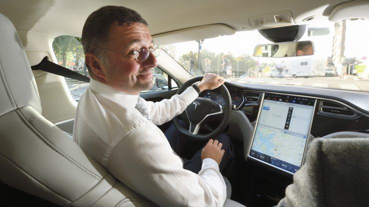 Minister Jörg Leichtfried bei einer Auslandreise in Oslo. Im Bild: Minister Leichtfried bei einer Probefahrt mit einem Elektroauto durch Oslo.