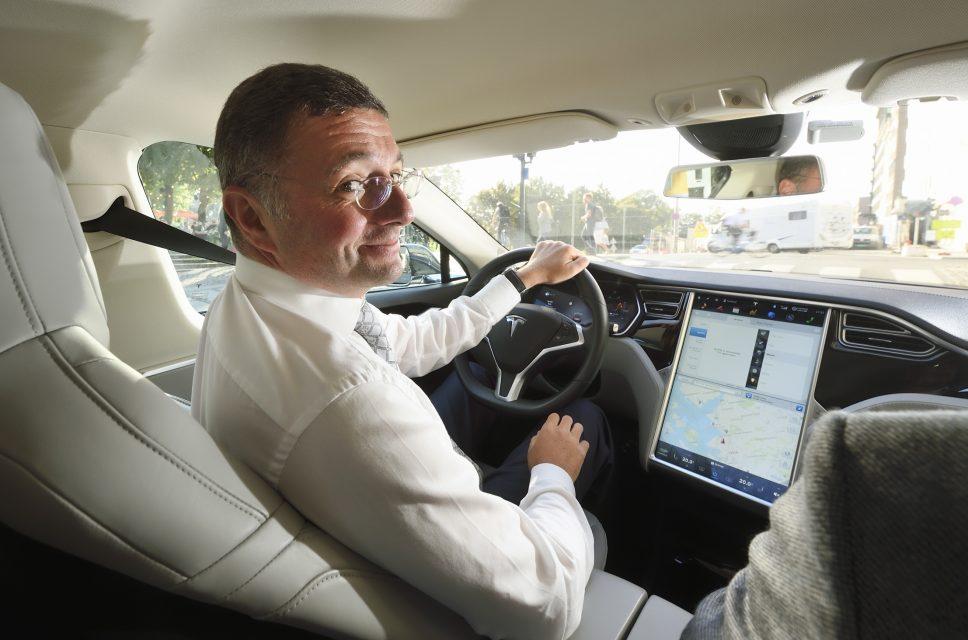 Minister Leichtfried bei einer Probefahrt Tesla.jpg