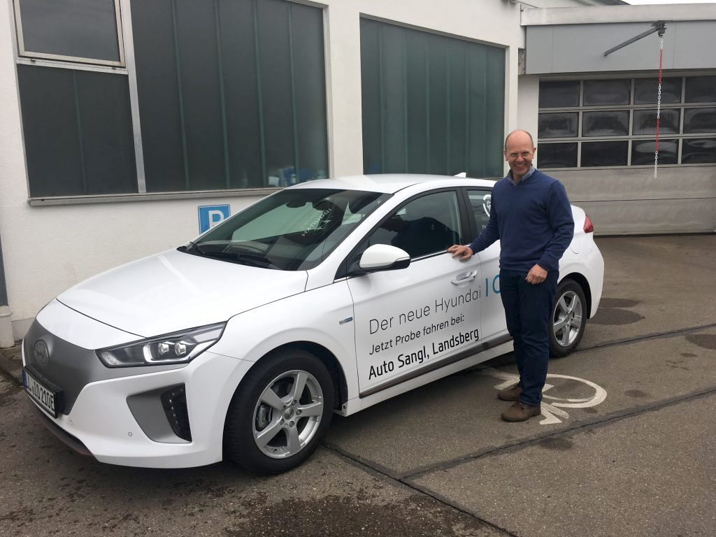 Jürgen Sangl vom Autohaus Sangl. Hyundai Ioniq Elektro